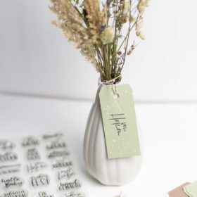 Blumen mit Anhänger verzieren - DIY