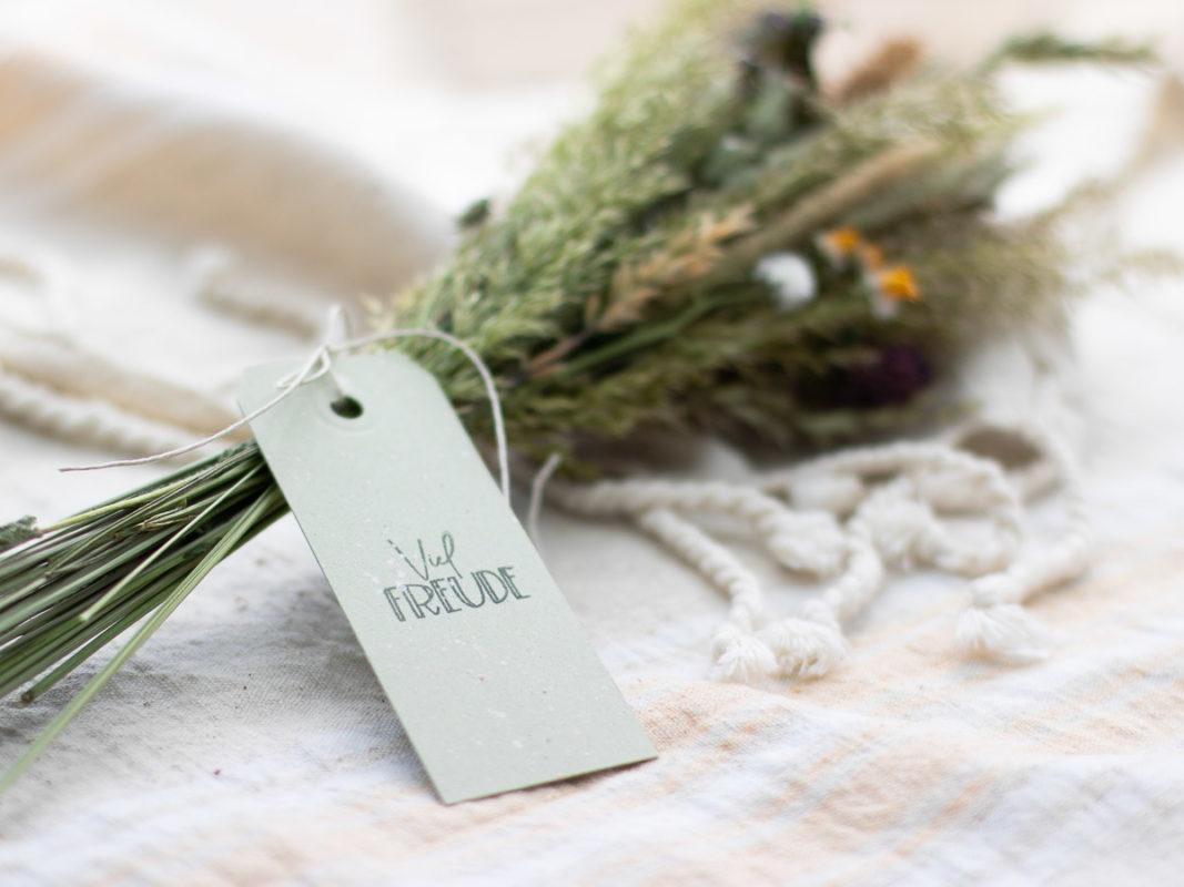Geschenke-verpacken-Trockenblumen-Wiesenblumgen-Geschenk-Anhänger-7