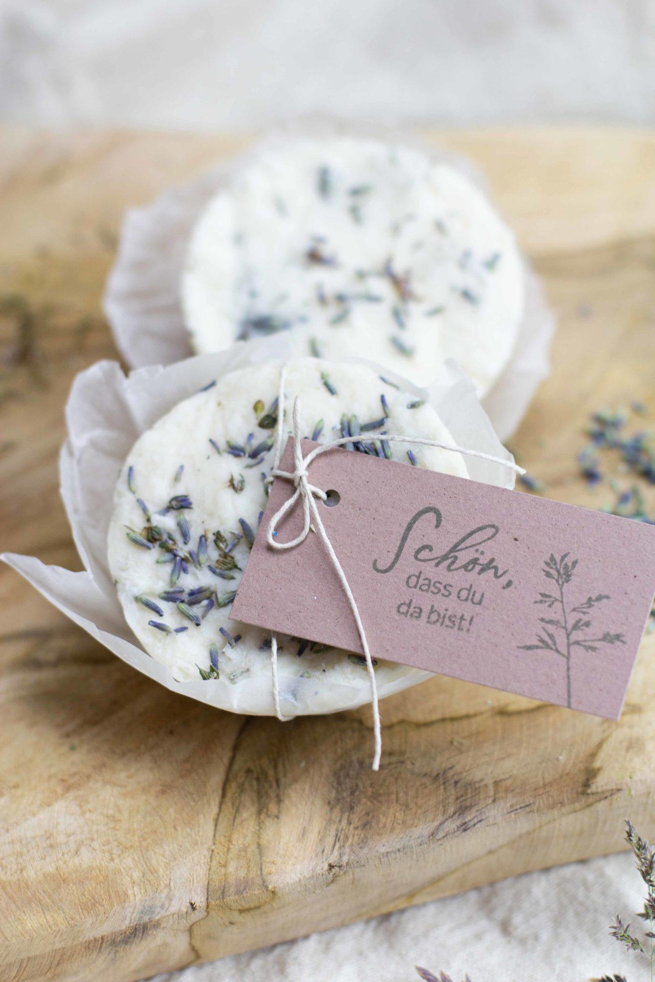 seife-selber-machen-gastgeschenk-diy-geschenk-idee-naturseife-lavendel