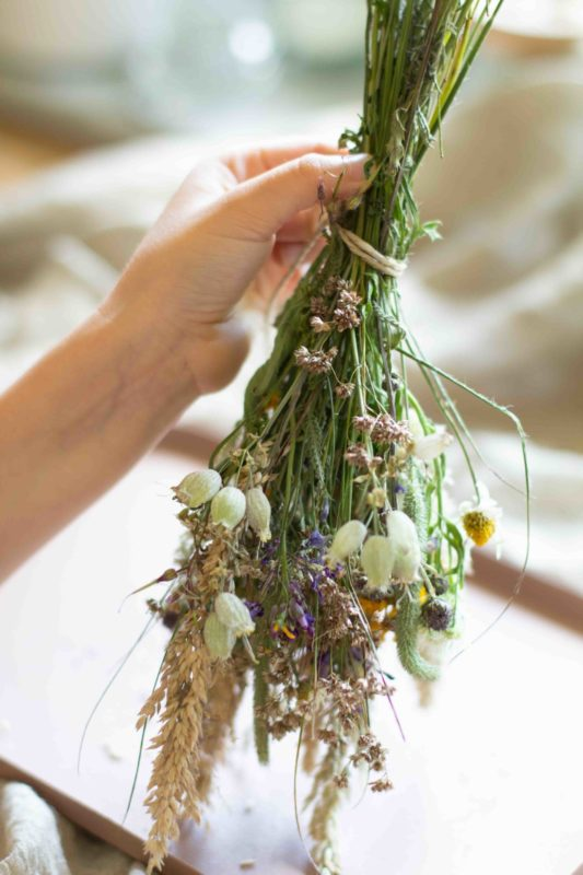 wiesenblumen-trocknen-getrockneter-blumenstrauß