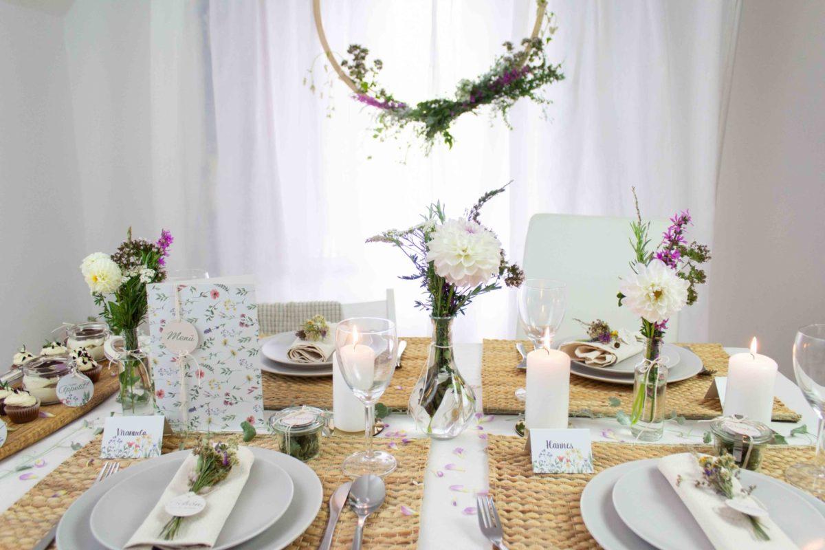 Tischdekoration mit Wiesenblumen für Hochzeit, Taufe, Kommunion