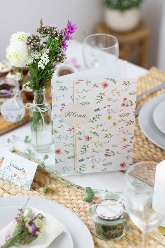 Menükarte für die Taufe mit Wiesenblumen zum Hinstellen in die Tischmitte