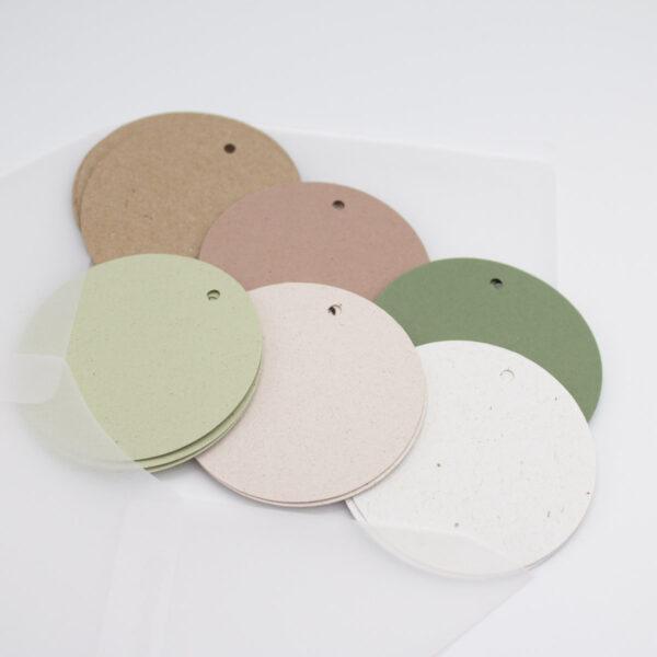 Papieranhänger in sechs Farben zum Geschenke verpacken