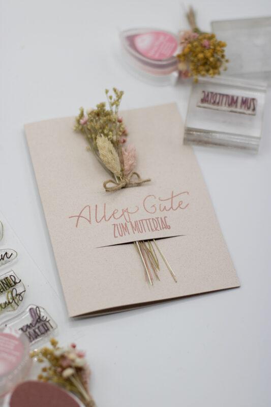 Muttertagskarte basteln mit Trockenblumen - einfach basteln
