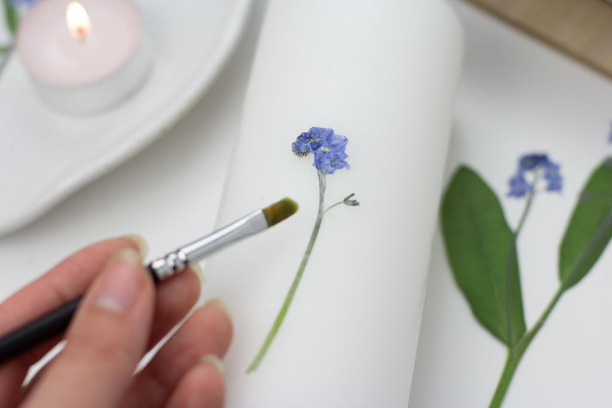 Kerze mit getrockneten Blumen selbst gestalten - DIY Geschenkidee | Unsere kleine Bastelstube - DIY Bastelideen für Feste & Anlässe