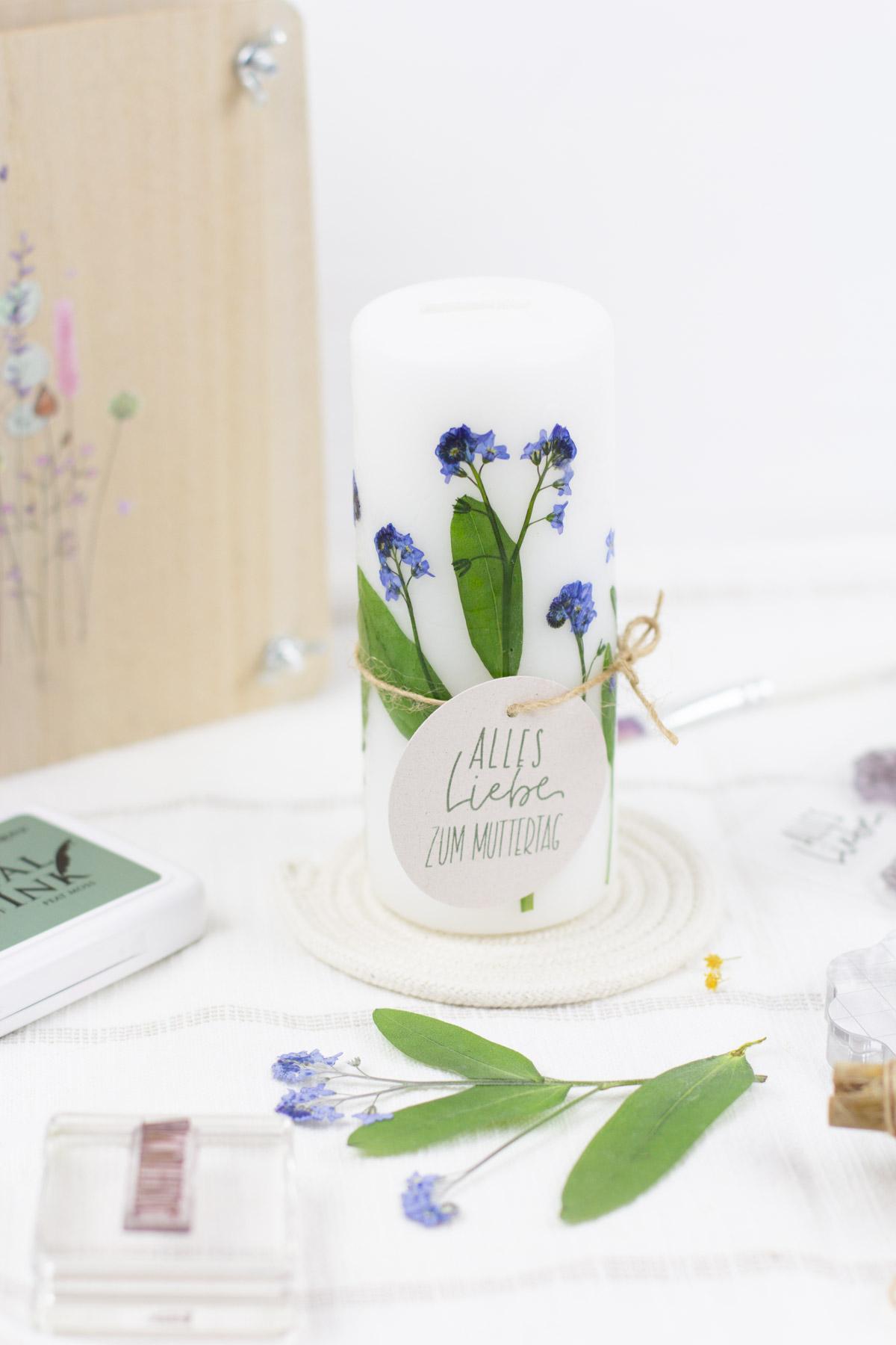 Kerze mit Trockenblumen selber machen