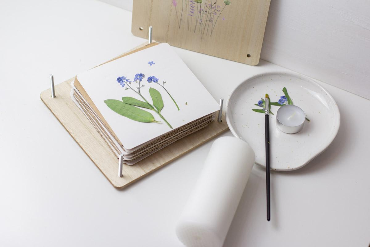 Kerze mit getrockneten Blumen