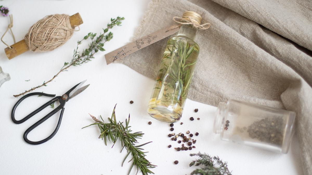 Kräuteröl einfach selber machen - DIY Geschenkidee