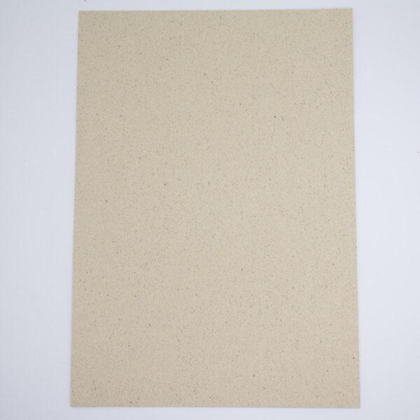 Graspapier mit 40% Grasanteil in einem leicht gelbgrünlichem ton mit dunklen Einschlüssen