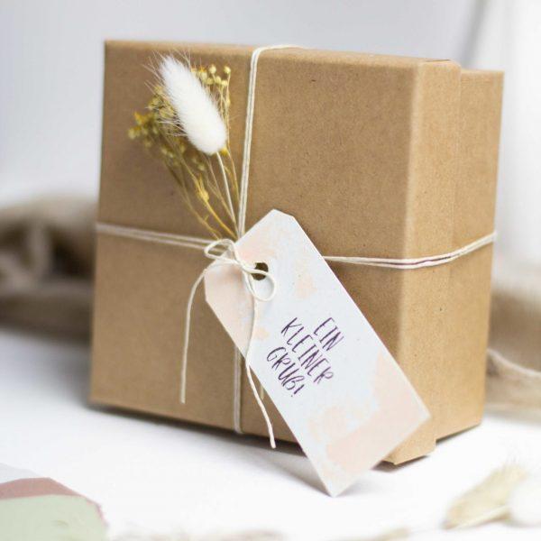 Geschenkboxen mit Anhänger verzieren